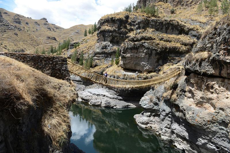 perierga.gr - Η τελευταία κρεμαστή γέφυρα από σχοινιά των Ίνκας!