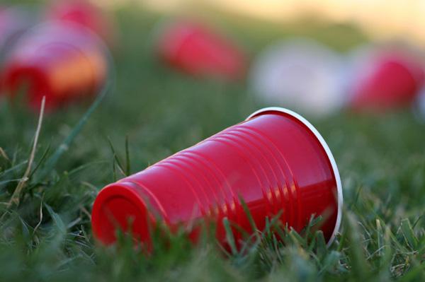 Perierga.gr - Η Γαλλία απαγορεύει τα πλαστικά πιάτα, ποτήρια και μαχαιροπήρουνα!