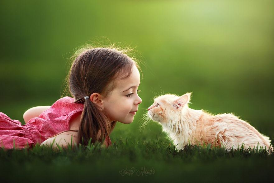 perierga.gr - Αυτή η μικρούλα λατρεύει τα ζώα!