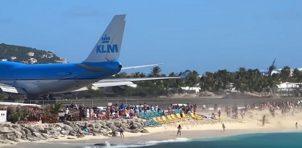 perierga.gr - Boeing 747 στέλνει με δύναμη δεκάδες άτομα στη θάλασσα!