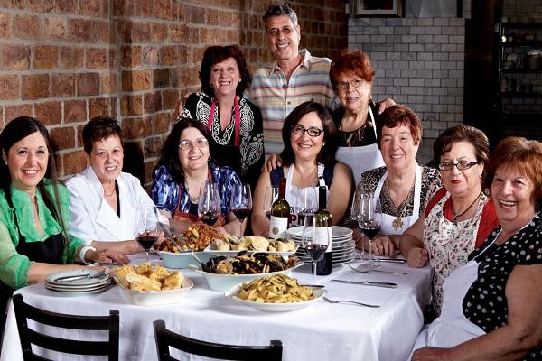 perierga.gr - Εστιατόριο σερβίρει... πολιπολιτισμικό φαγητό που φτιάχνουν γιαγιάδες!