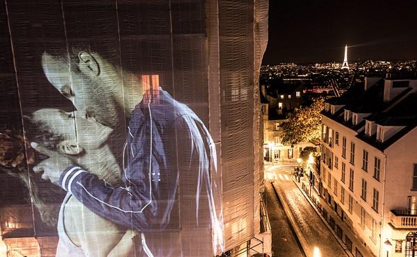 perierga.gr - Ζευγάρια φιλιούνται... πάνω σε παρισινά κτήρια!
