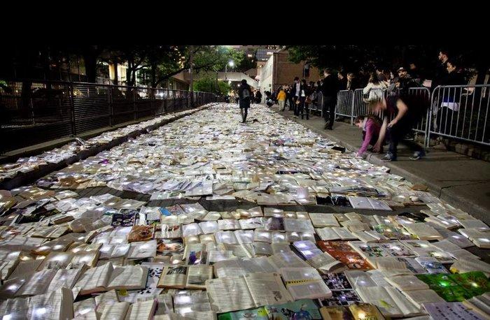 Perierga.gr-Ένα ποτάμι από βιβλία στους δρόμους του Τορόντο