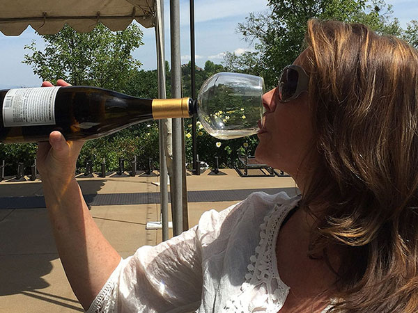 perierga.gr - Ποτήρι κρασιού επιτρέπει να πιούμε όλο το μπουκάλι!
