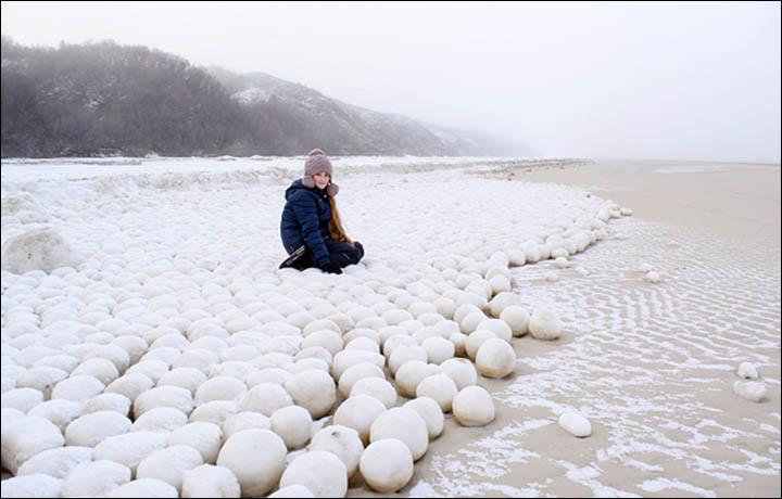 Perierga.gr - Τεράστιες χιονόμπαλες στις όχθες ποταμού στη Σιβηρία!