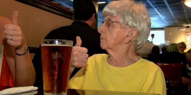 perierga.gr - 102χρονη αποκαλύπτει το μυστικό της μακροζωίας: 1 μπύρα τη μέρα!