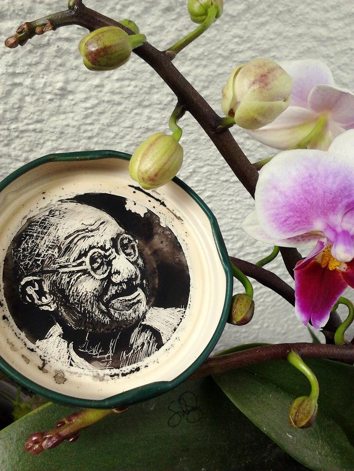 perierga.gr - Ζωγραφίζοντας πορτρέτα σε καπάκια μπουκαλιών!