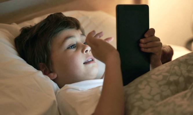Perierga.gr-Γιατί τα παιδιά δεν πρέπει να χρησιμοποιούν ηλεκτρονικές συσκευές πριν τον ύπνο