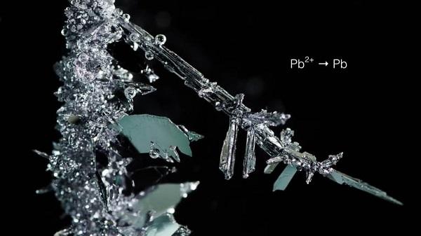 perierga.gr - Σχηματισμός κρυστάλλων στο φακό!