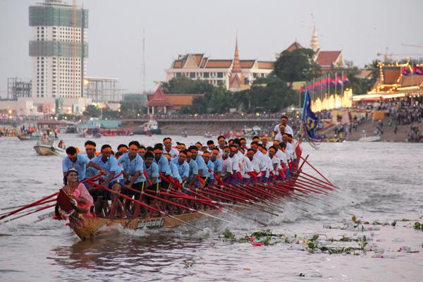 Perierga.gr-Εντυπωσιακό Φεστιβάλ νερού στην Καμπότζη