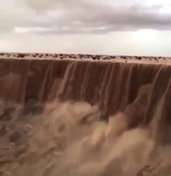 perierga.gr - Απίθανοι καταρράκτες άμμου στην έρημο!