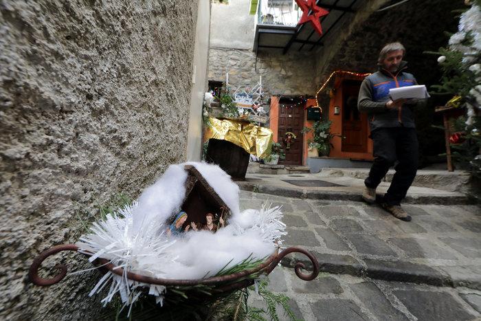perierga.gr - Ορεινό χωριό στη Γαλλία με 450 φάτνες!