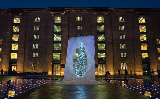 perierga.gr - Χριστουγεννιάτικο δέντρο μέσα σε γιγάντιο... παγάκι!