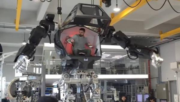 Perierga.gr-Επανδρωμένο ρομπότ τεσσάρων μέτρων που ξέρει να περπατά