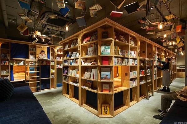 Perierga.gr-Βιβλιοθήκη με διαμονή επιτρέπει στους αναγνώστες να κοιμούνται στα ράφια
