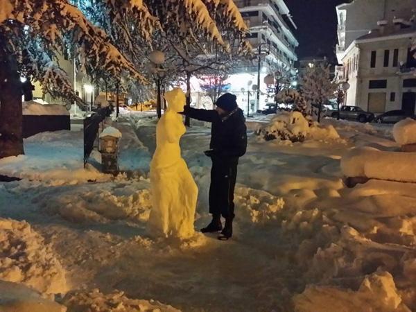Perierga.gr-Καλλιτέχνης έφτιαξε την Αφροδίτη της Μήλου από χιόνι στην Φλώρινα