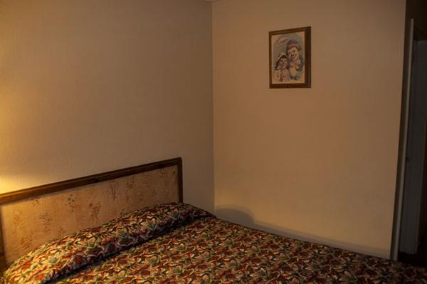 Perierga.gr-Περίεργο ξενοδοχείο γεμάτο με τρομακτικούς κλόουν