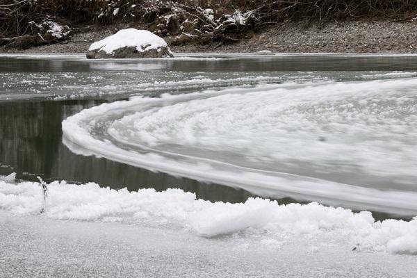 perierga.gr - Ασυνήθιστος παγωμένος δίσκος περιστρέφεται σε ποτάμι!