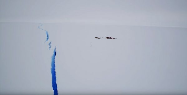 Perierga.gr-Drone καταγράφει γιγάντια ρωγμή πάγων στην Ανταρκτική