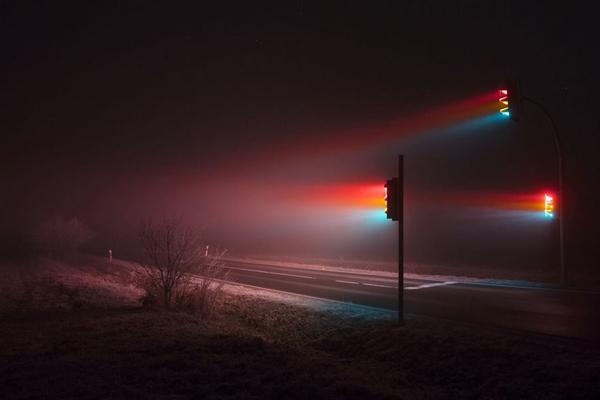 Perierga.gr-Εντυπωσιακές φωτογραφίες από το φως των φαναριών στην ομίχλη
