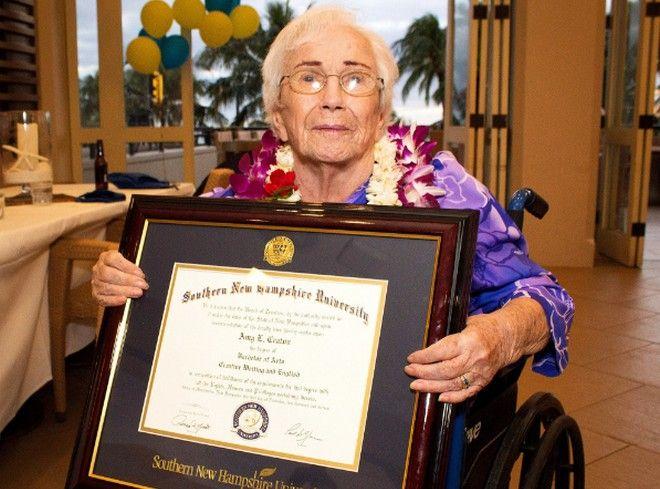 perierga.gr - 94χρονη αποφοίτησε από το κολέγιο με άριστα!