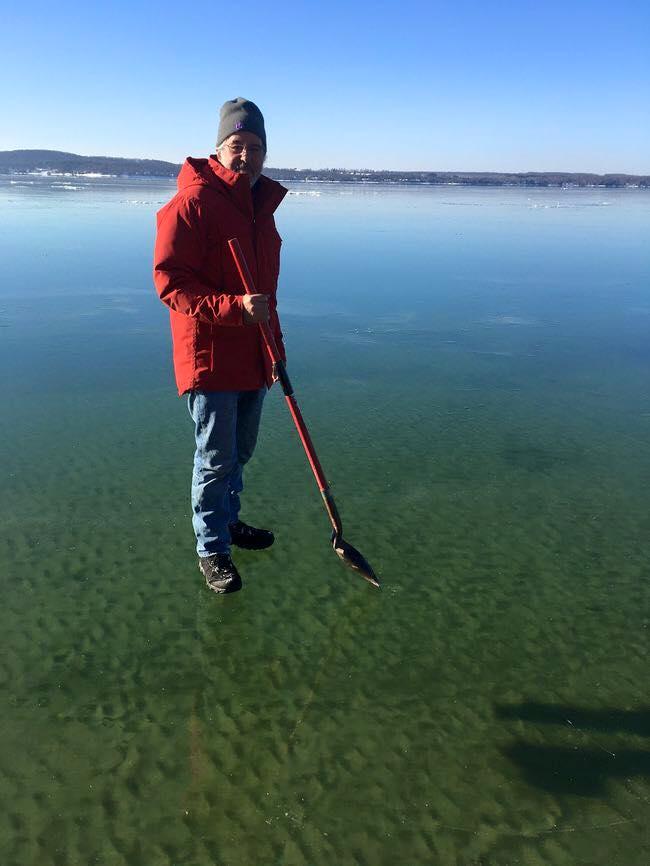 perierga.gr - Περπατώντας στην παγωμένη λίμνη!