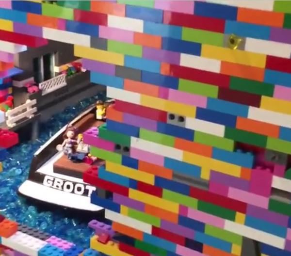perierga.gr-Απίθανη κατασκευή από lego ενσωματωμένη σε τοίχο