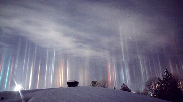 Perierga.gr-Εντυπωσιακοί πυλώνες φωτός στο Οντάριο του Καναδά