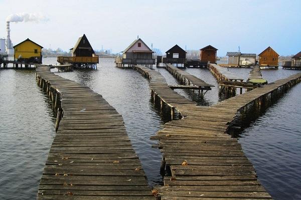 perierga.gr - Γραφικά πλωτά σπίτια στη λίμνη Bokodi!