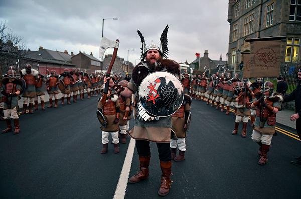 Perierga.gr-Εκπληκτικές φωτογραφίες από το Φεστιβάλ των Βίκινγκς στη Σκωτία