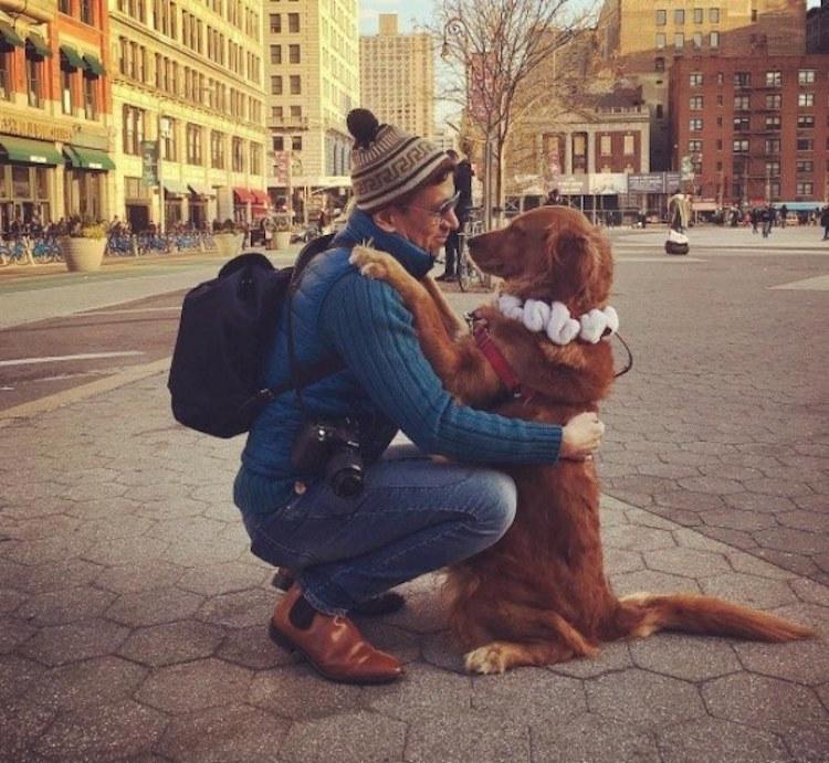 perierga.gr - Αξιαγάπητος σκύλος αγκαλιάζει τους περαστικούς!