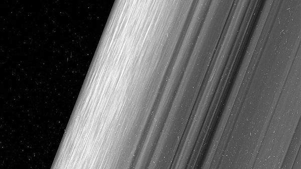 "perierga.gr - Η NASA φωτογράφισε τα ""δαχτυλίδια"" του Κρόνου με λεπτομέρεια!"