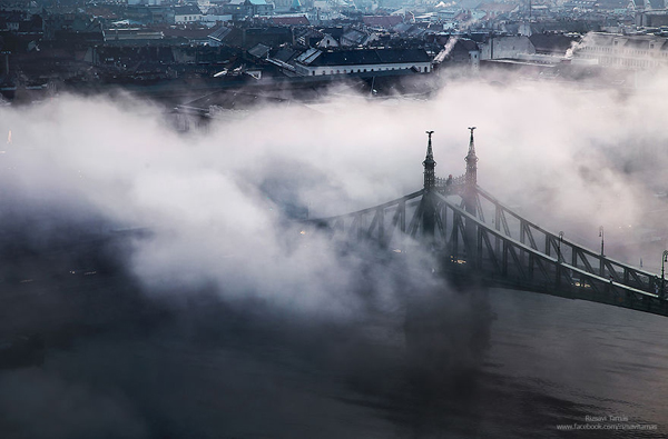 Perierga.gr-Όταν οι γέφυρες της Βουδαπέστης ξεπροβάλλουν μέσα από την ομίχλη