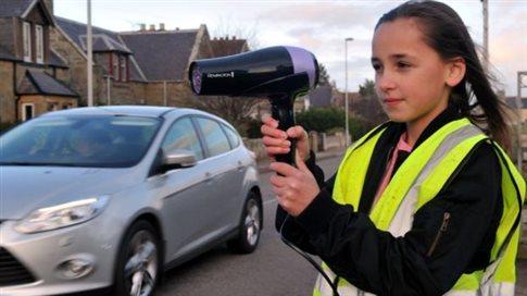Perierga.gr - Με σεσουάρ στους δρόμους για να επιβραδύνουν τους βιαστικούς οδηγούς