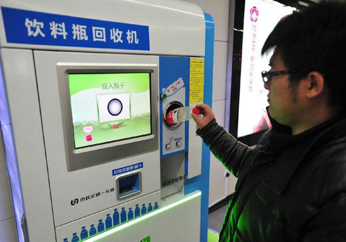 perierga.gr - Στο Μετρό του Πεκίνου επιτρέπεται η πληρωμή... με πλαστικά μπουκάλια!