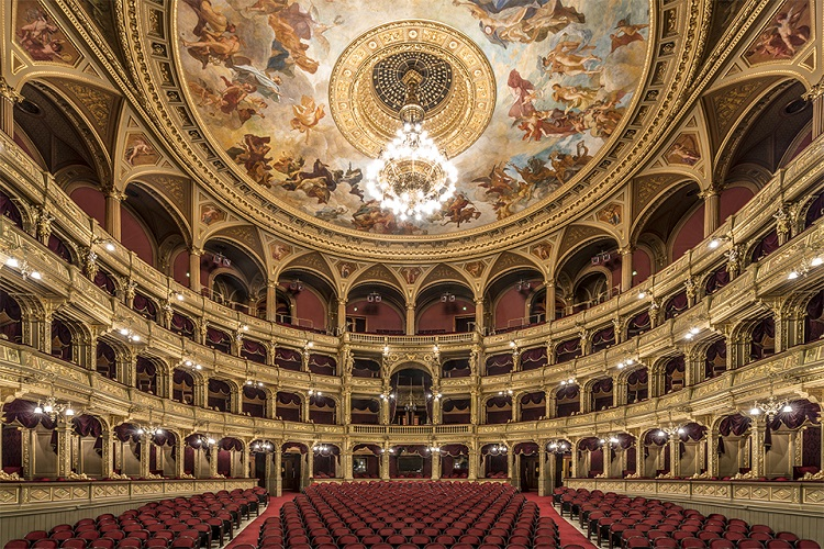 perierga.gr - Απόλυτη συμμετρία στα θέατρα της Βουδαπέστης!