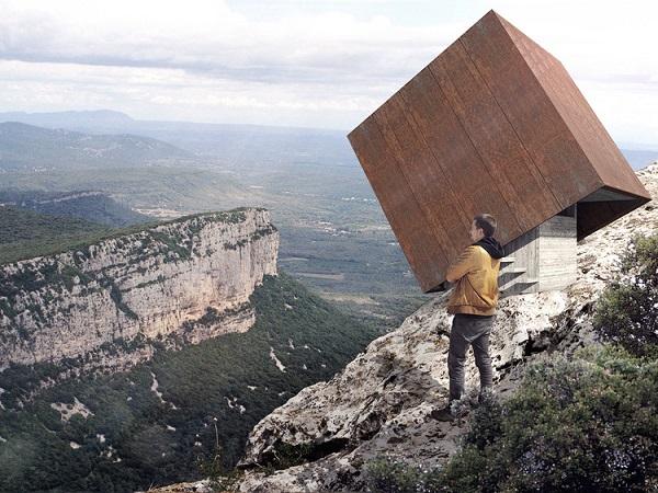 perierga.gr - Tip box: Καταφύγιο... κρέμεται στην άκρη των βράχων!