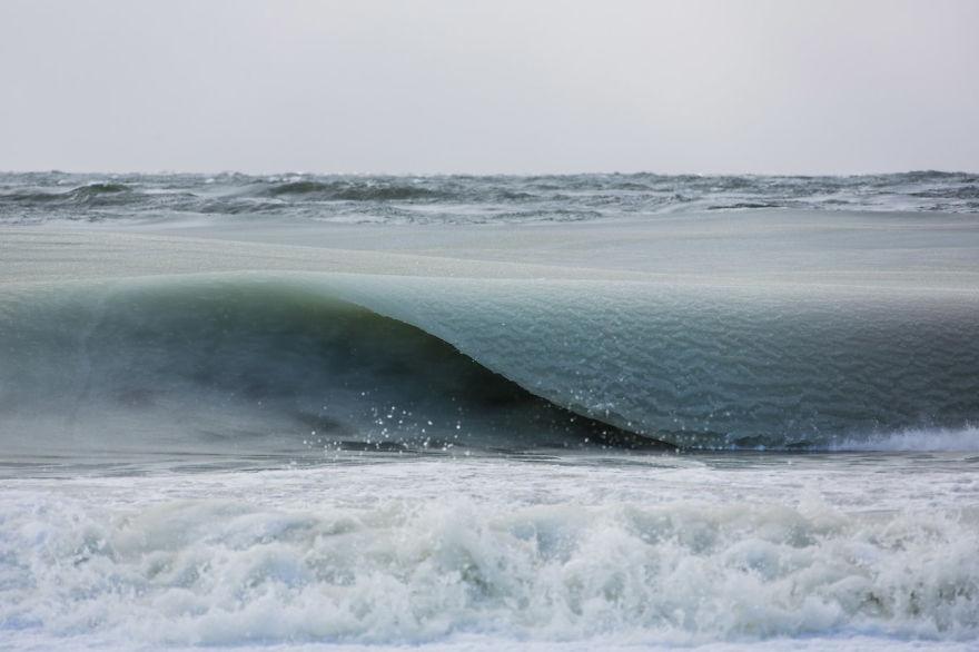 perierga.gr - Τα κύματα πάγωσαν στον ωκεανό!
