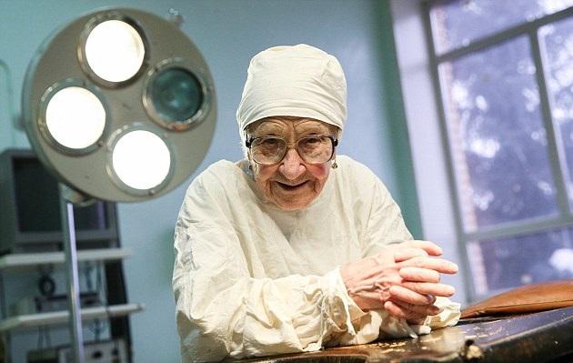 perierga.gr - 90 ετών η γηραιότερη χειρουργός στον κόσμο!