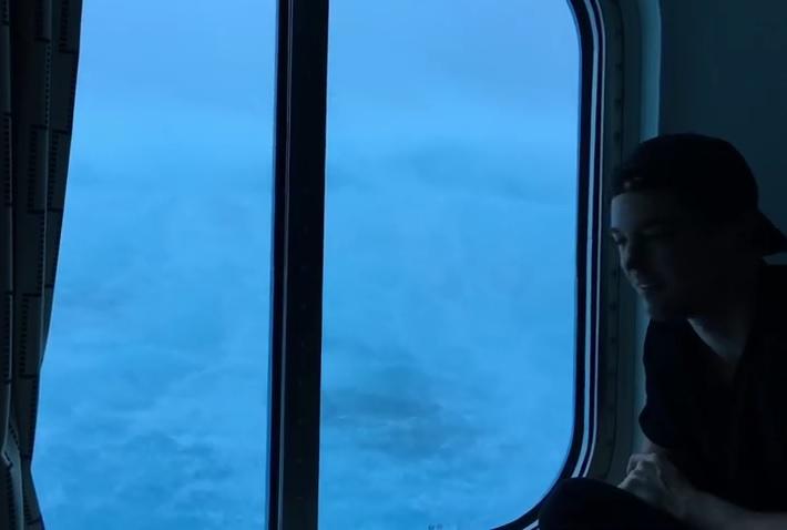Perierga.gr - Η κρουαζιέρα του τρόμου - Κύματα 9 μέτρων χτυπούν κρουαζιερόπλοιο