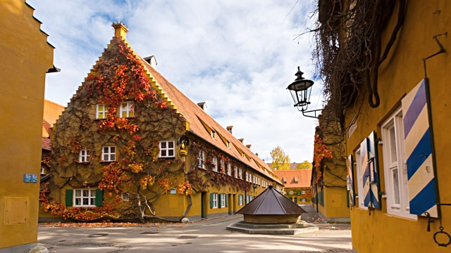 perierga.gr - Μεσαιωνικό χωριό προσφέρει στέγαση σε άπορους από το 1520!
