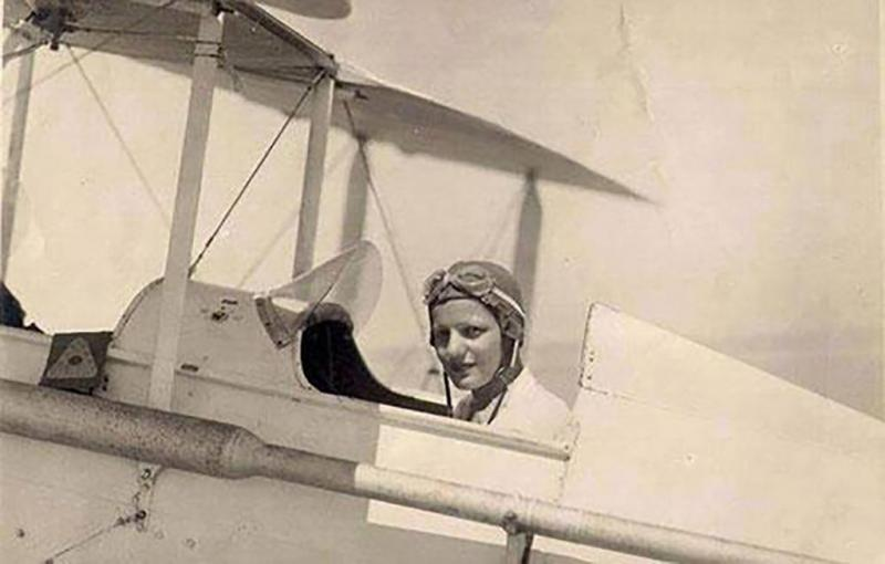 Perierga.gr - Λόφτια Ελ Νάντι: Η πρώτη Αφρικανή που απέκτησε δίπλωμα πιλότου