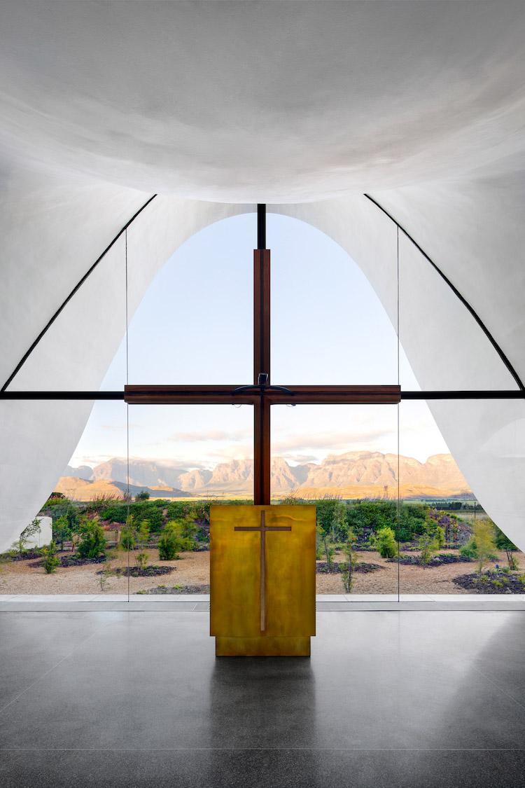 perierga.gr - Εντυπωσιακό παρεκκλήσι με κυματιστή οροφή