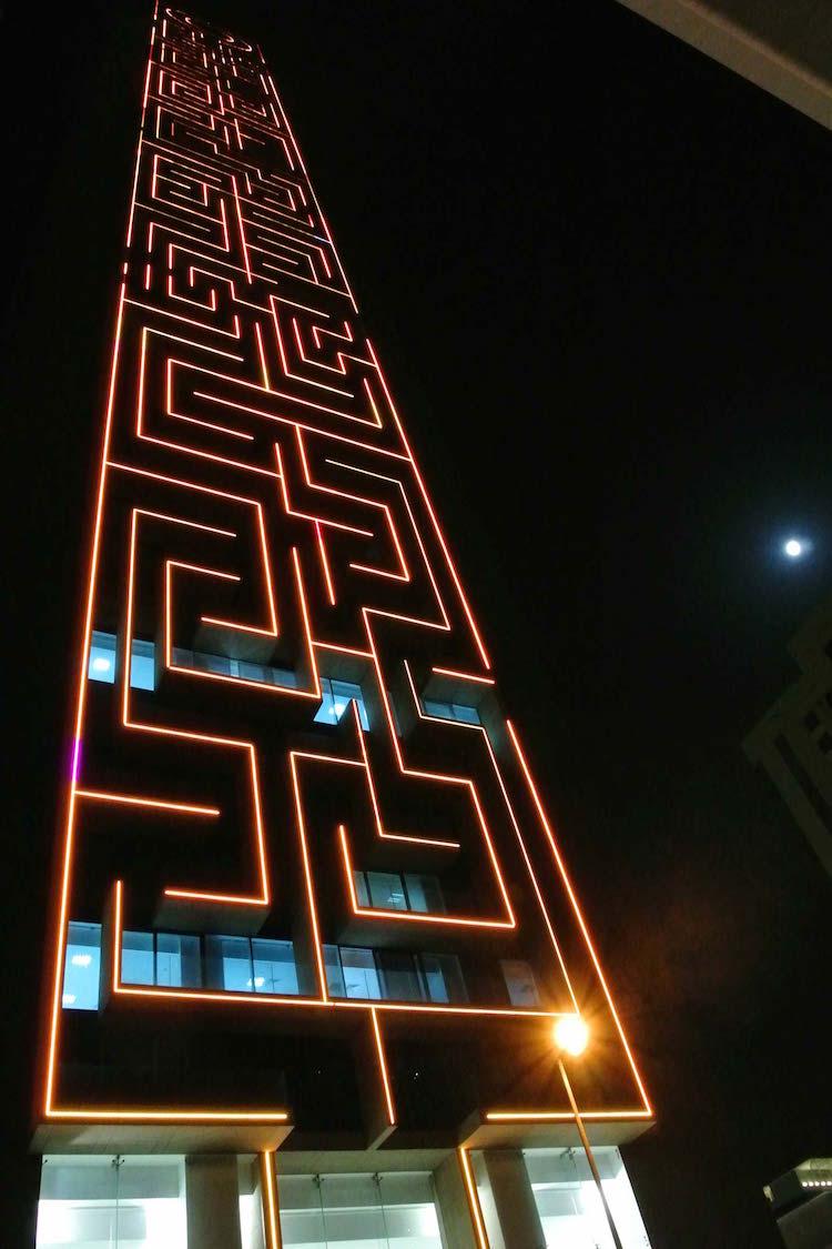 perierga.gr - Ο ψηλότερος κάθετος λαβύρινθος στον κόσμο φωτίστηκε με LEDs!
