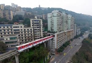 perierga.gr - Τρένο περνά μέσα από πολυκατοικία!