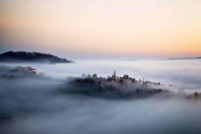 perierga.gr - Τρία χρόνια φωτογράφιζε υπέροχο χωριό... χαμένο στην ομίχλη!