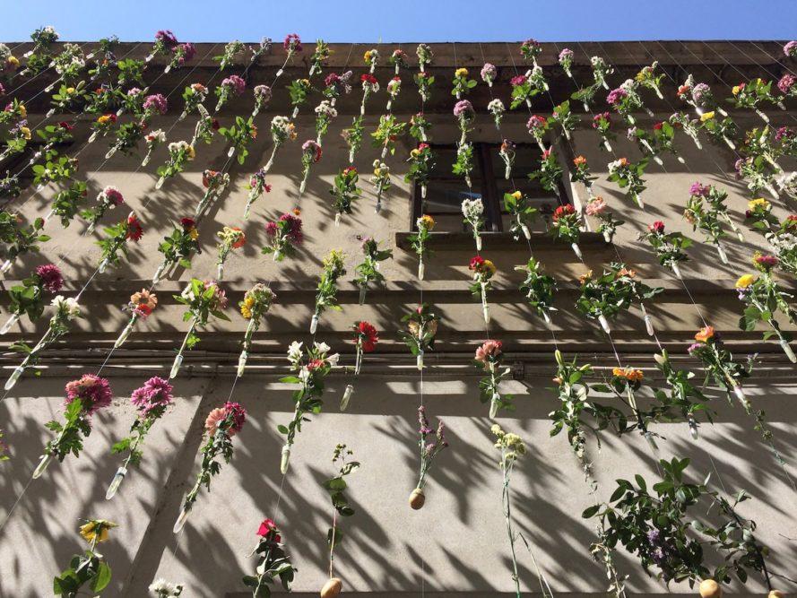 perierga.gr - 2.000 λουλούδια μεγαλώνουν σε πρόσοψη κτηρίου!