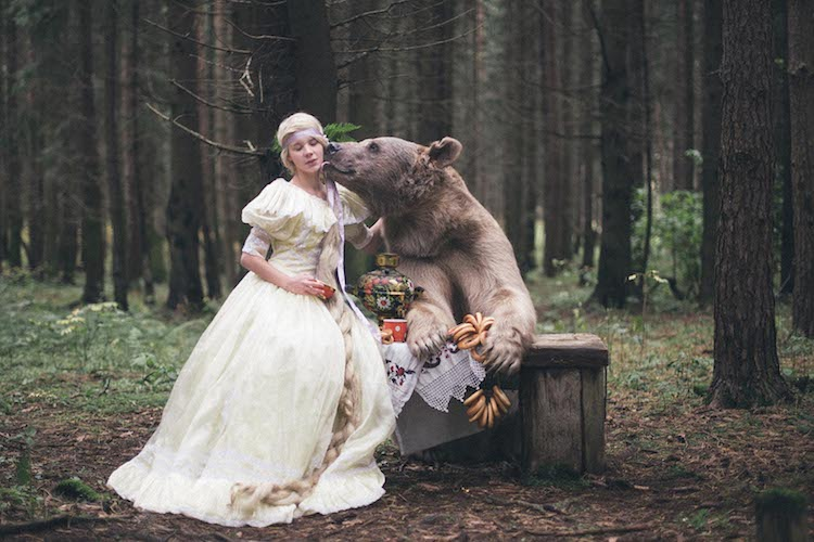 perierga.gr - Ποζάροντας με μια τεράστια αρκούδα!