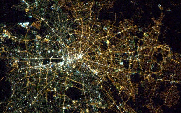 perierga.gr - Από το διάστημα ξεχωρίζουν ακόμα τα σύνορα Ανατολικού και Δυτικού Βερολίνου