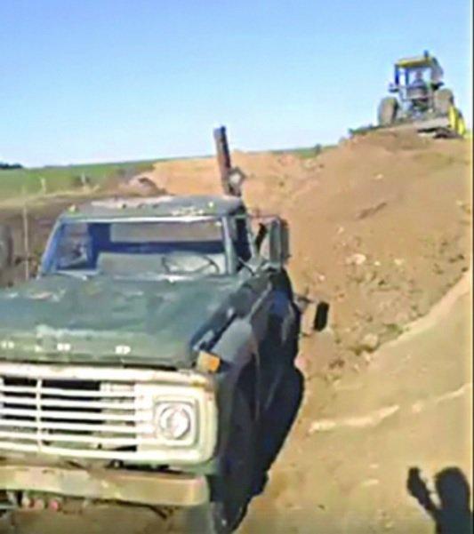 perierga.gr - Αγρότης έθαψε το... πιστό φορτηγό του μετά από 48 χρόνια υπηρεσίας!
